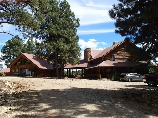 Lost Canyon Lake Lodge: The lodge on the right connected to the owner's home.