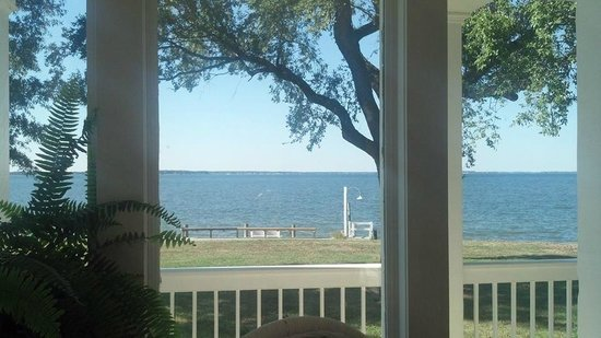 Wades Point Inn on the Bay: The view from inside the breakfast room