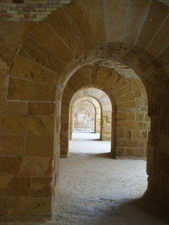 Siracusa - Castello Maniace (sequenza del portico interno)