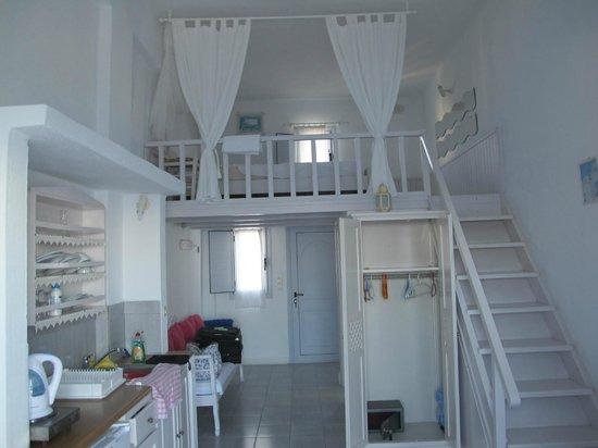 Hotel Atlantida Villas: altillo de la habitación