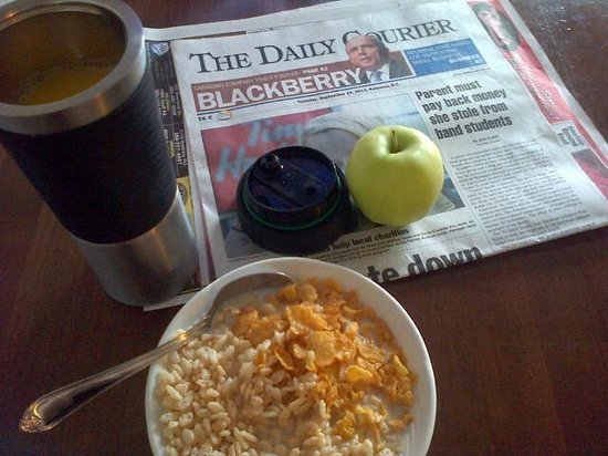 Dilworth Inn: Breakfast includes fruit, cereal, tea/coffee, juice, toast/bagels & toppings. And the morning pa
