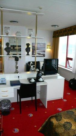 Hotel Keflavik: Junior suite looking from bedroom to sitting area