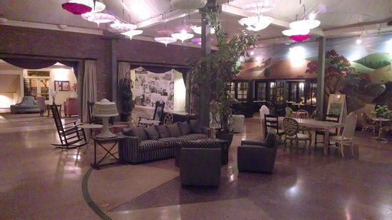 The Lafayette Hotel, Swim Club & Bungalows: Lobby/Conservatory - picture doesn't do it justice.