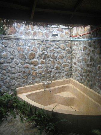 Nataya Roundhouse Coral Bay Resort : Outside shower