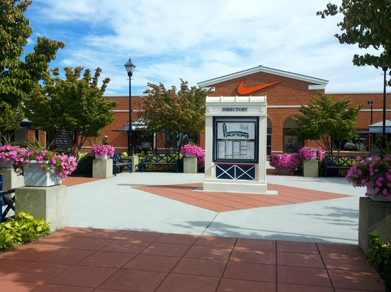 Leesburg Corner Premium Outlets: Walking towards stores from the parking lot