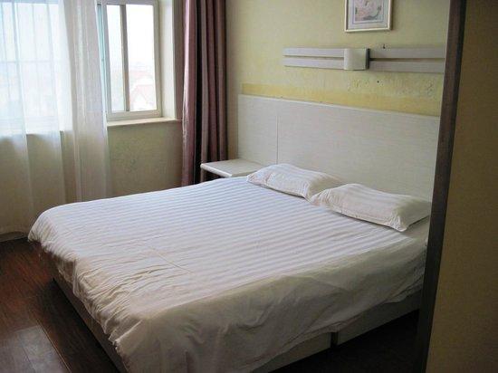 Yake Inn (Cangzhou Huaxia): Nice bed