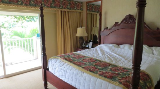 Kauai Coast Resort at the Beachboy: bed