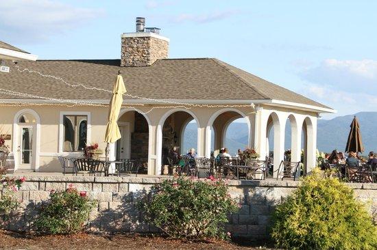 CrossKeys Vineyards: The large Cross Keys patio