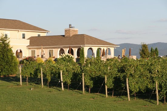 CrossKeys Vineyards: The patio from a distance