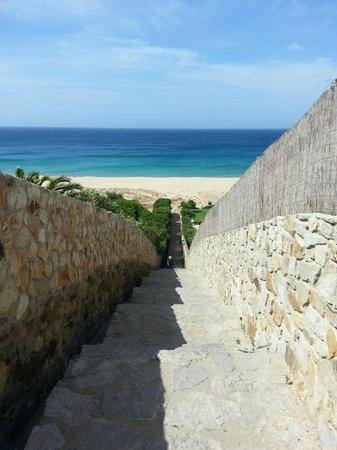 Playa de Zahara de los Atunes: stone walk down to the beach