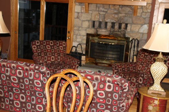 Iris Inn: Fireplace sitting area