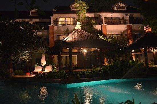 Woodlands Hotel & Resort: Ночной вид зоны отдыха
