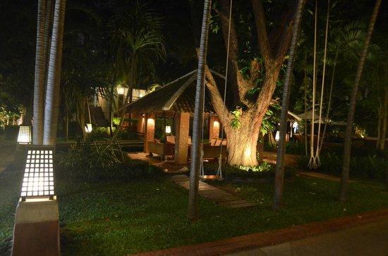 Woodlands Hotel & Resort: Ночная беседка