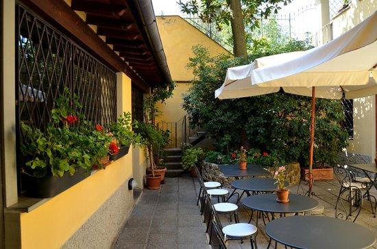 Residenza Il Villino B&B : Courtyard where breakfast is served
