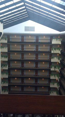 Embassy Suites by Hilton Columbus: Open atrium