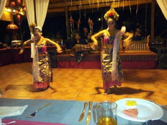 White Rose Kuta Resort, Villas & Spa: Balinese dancers after the Wednesday banquet