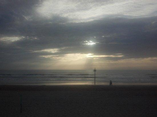 OceanFront Inn and Suites: Sunriset in B&W