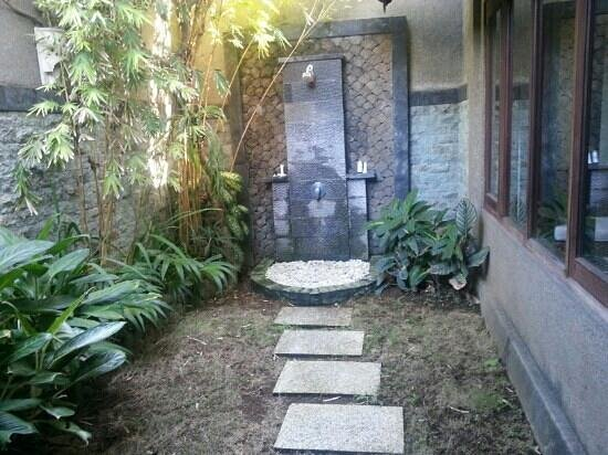 Three Brothers Bungalows: outdoor shower