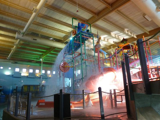 Ramada Plaza Omaha Hotel and Convention Center: Water park when the big bucket dumps out