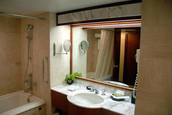 Evergreen Laurel Hotel: バスルームは広々ですが少々殺風景