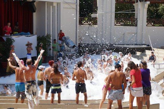 #คลับ เมด ปอลมิเย: Foam party @ Villagio Theatre