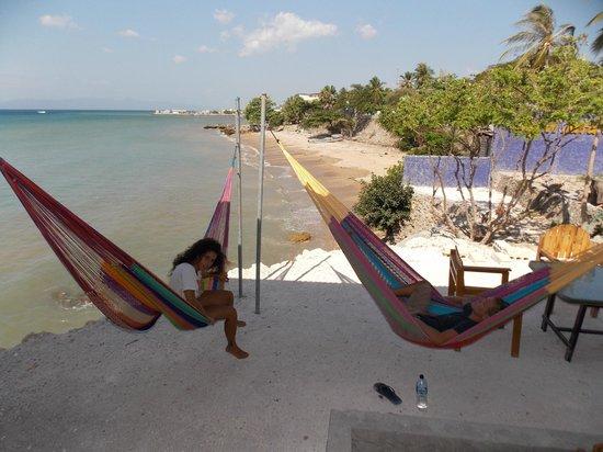 Lavalon SeaView Hostel & Bar: Mexican hammocs on the balcony