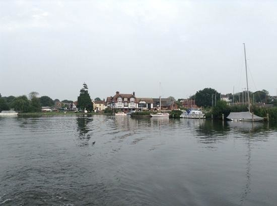 Fineway Leisure: The Swan Horning