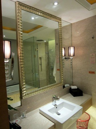 Xinhua Jianguo Hotel : Bathroom. Shower plus tub.
