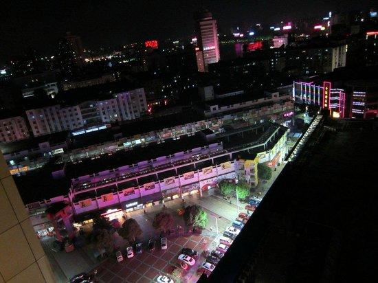 Xinhua Jianguo Hotel : View from my window. Shopping square.