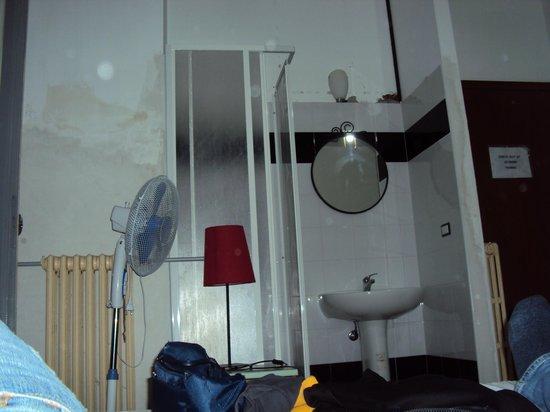Hostel Galla: una doccia in un angolo della camera