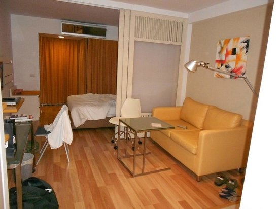 Citadines Sukhumvit 16 Bangkok: living room and bedroom