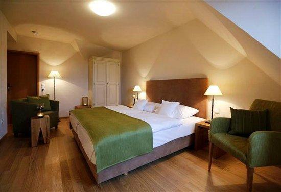 Hotelzimmer bild von weinkastell zum weissen ross for Hotelzimmer teilen