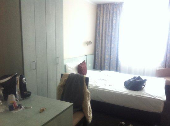 Mercure Hotel Frankfurt City Messe: Schreibtisch mit Minibar darunter