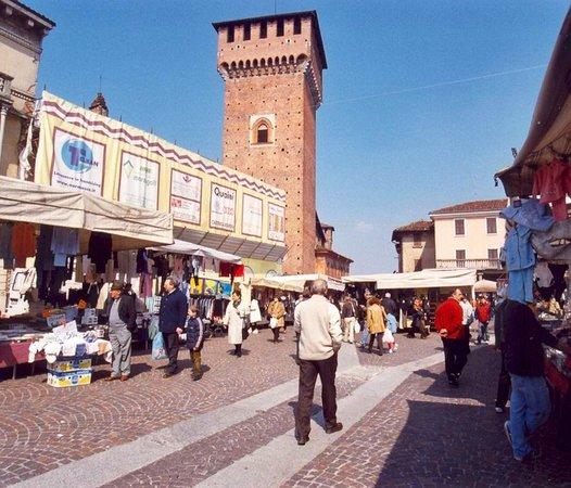 Mercato domenicale e castello foto di castello morando - Piscina s angelo lodigiano ...