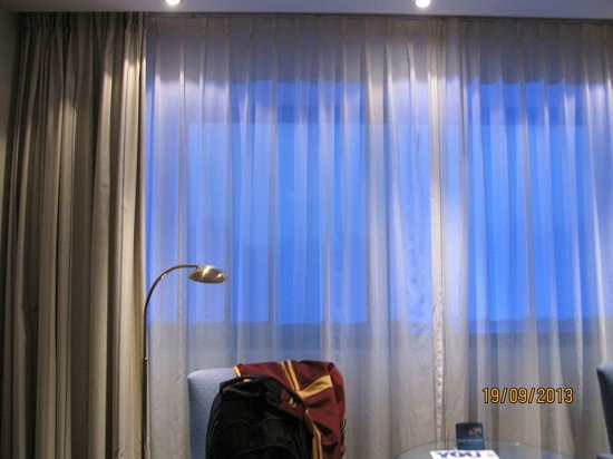 Ramada Amsterdam Schiphol Airport: beautiful light from outside to the room
