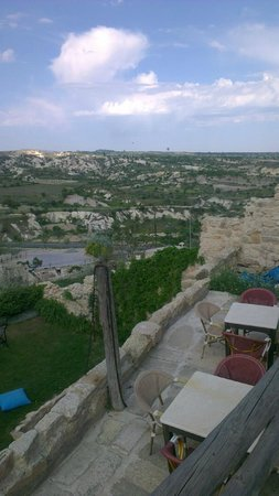 Urgup Evi Guest House: view of the valley from the grassed platform between our room and the dining area