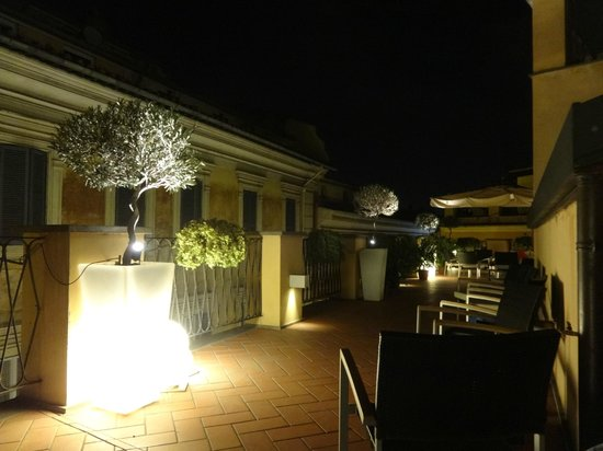 9 Hotel Cesari: hermosísima terraza de noche