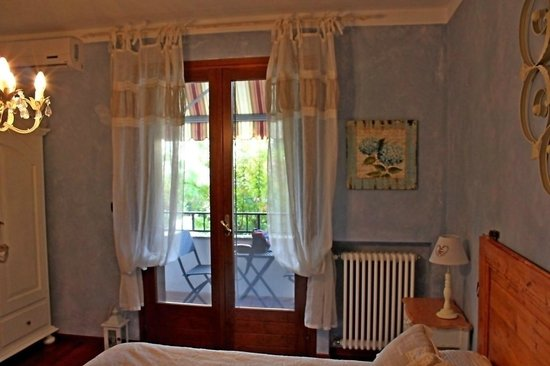 Bed and Breakfast Casa di Mary: Camera CHIC - Vista sul terrazzino con tavolino e sedie