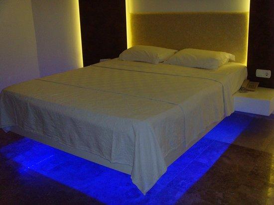 Safir Hotel: Lovely bed!!