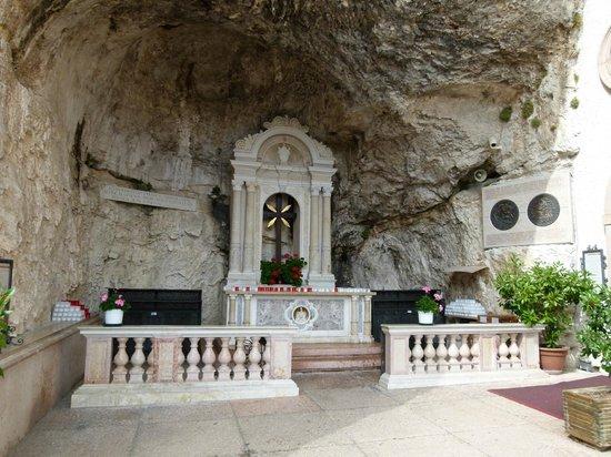 Cappella nella roccia picture of santuario basilica for Santuario madonna della corona