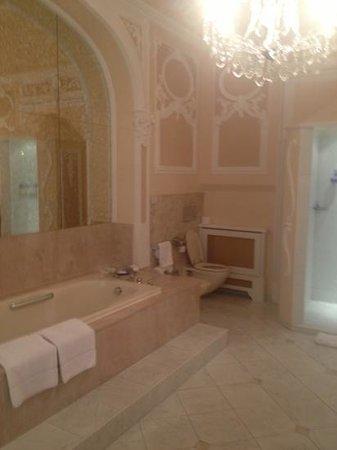 Bristol Hotel Salzburg: huge bathroom