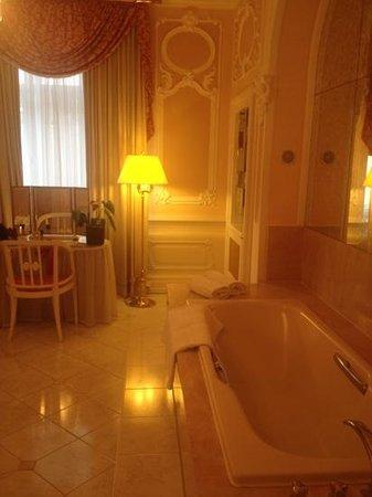 Bristol Hotel Salzburg: bath tub room 370