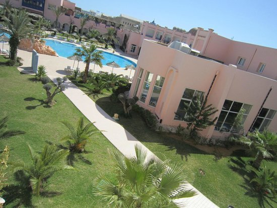 Eden Yasmine Hotel, Meeting & SPA: Außenbereich des Hotels mit Blick zu Hallenbad und Pool