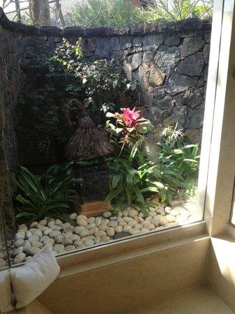 The Oberoi, Mauritius: Bathroom overlooking private garden