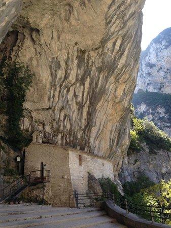 Genga, Italia: Santuario della Madonna di Frasassi si trova adiacente al Tempio del Valadier