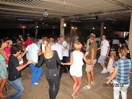 Royal Dragon Hotel: танцуют турецкий танец