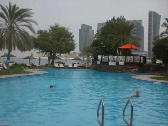 Le Meridien Abu Dhabi : Piscine de l'hôtel