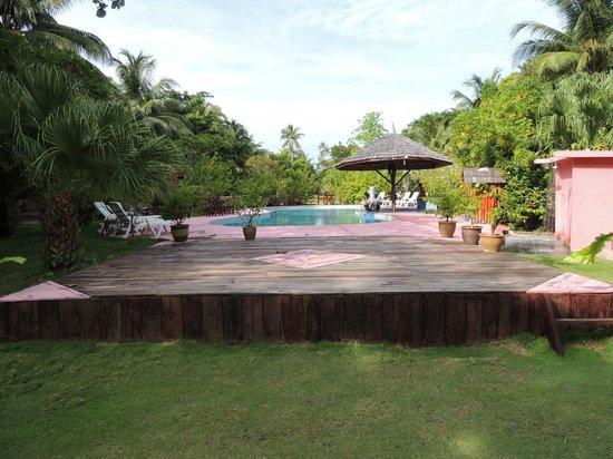 Borneo Divers Mabul Resort : la piscina, fronte mare