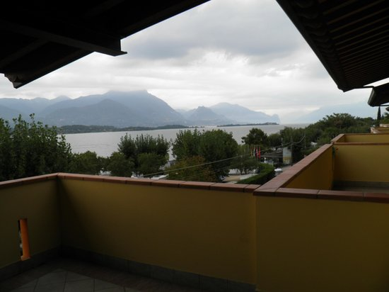 Hotel Residence Miralago Manerba del Garda: The mountains across (during cloudy weather)