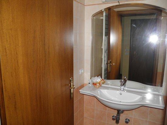 Hotel Residence Miralago Manerba del Garda : bathroom